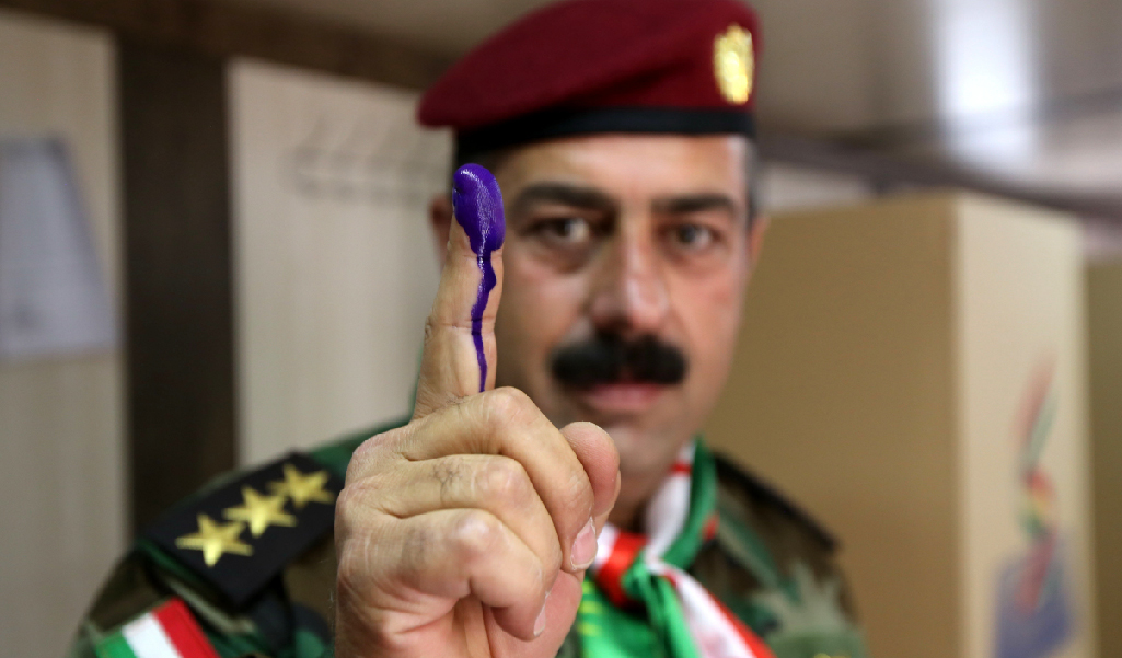 A Peshmerga soldier votes in the Kurdistan referendum. (Photo: SAFIN HAMED/AFP/Getty Images)