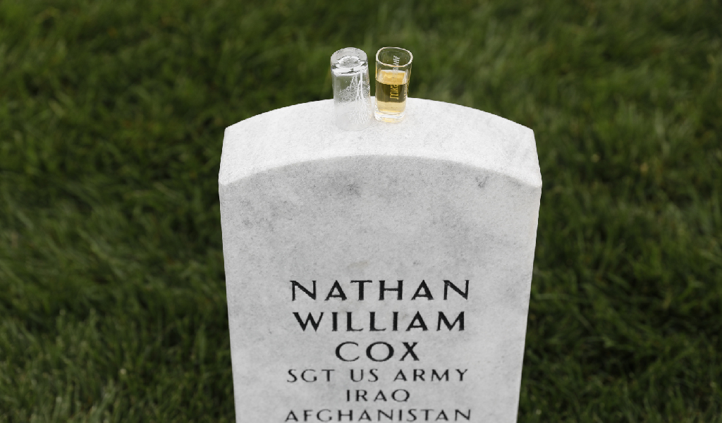 A shot of whiskey left on the grave of a soldier in Arlington cemetery, Virginia. (Photo: Aaron P. Bernstein/Getty Images)