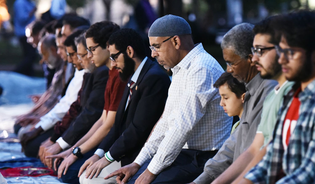 Muslims hold prayers across from the White House to protest while Trump was holding an Iftar dinner (Photo: MANDEL NGAN/AFP/Getty Images)