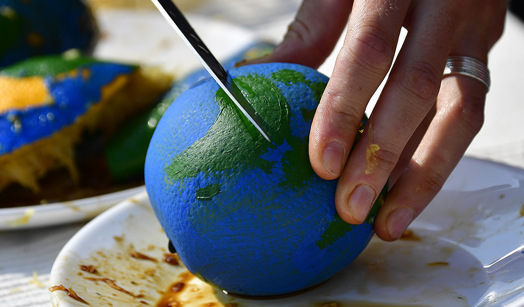 An orange painted with a globe (Photo: TOBIAS SCHWARZ / AFP / Getty Images)