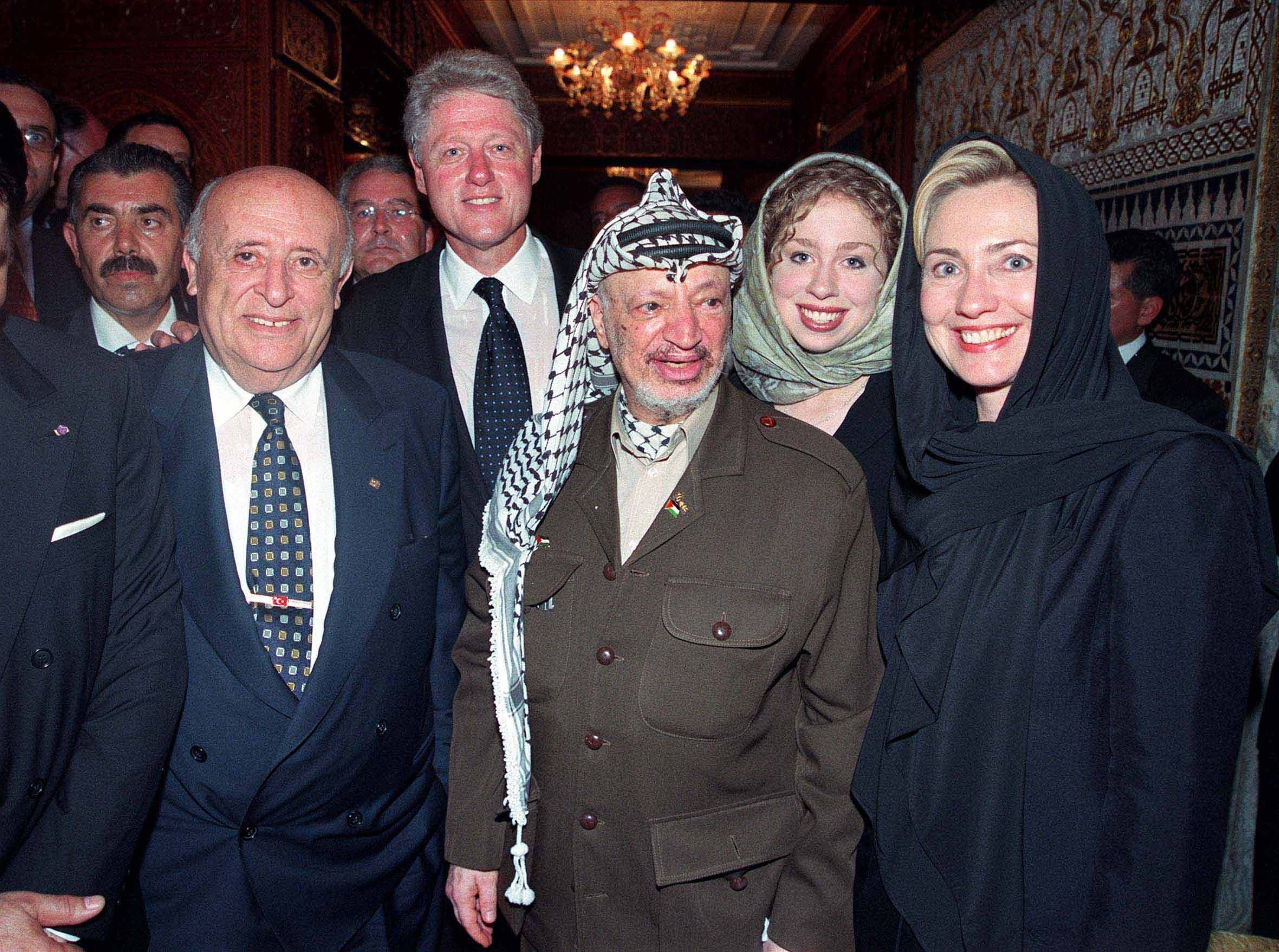 Turkish president Suleyman Demirel (L) next to former US President Bill Clinton, Palestinian Authority President Yasser Arafat, Chelsea Clinton and Hillary Clinton during the funeral for King Hassan II of Morocco. (Photo: Mustafa Abadan/Anadolu Agency/Getty Images)