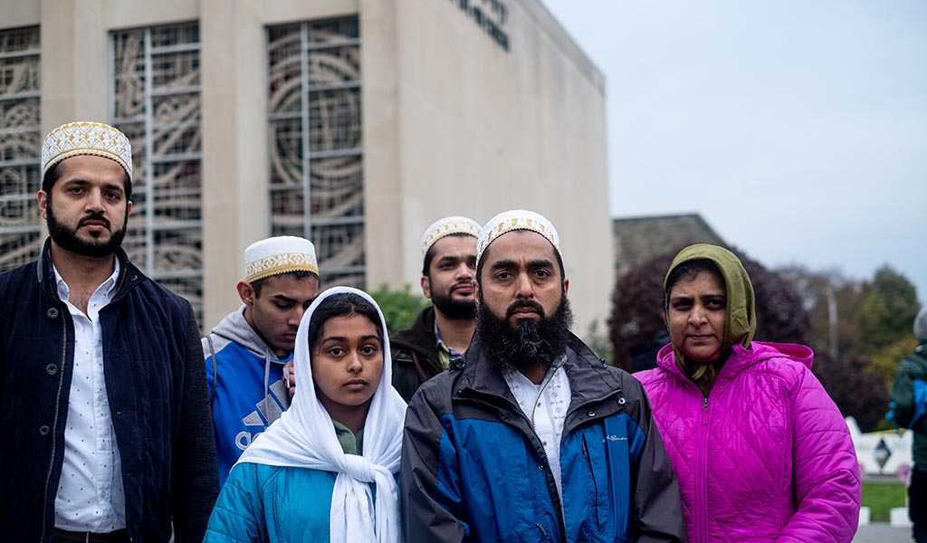 Muslims at the site of the shooting to mourn the victims from the deadly Tree of Life synagogue attack. (Photo: Aaron Jackendoff / SOPA Images / LightRocket / Getty Images)