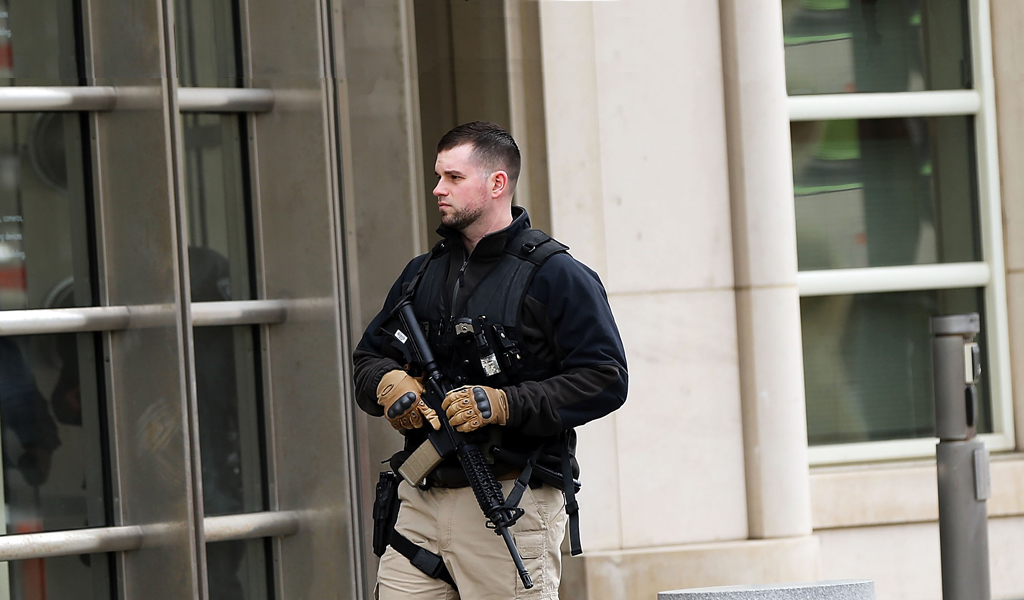 A U.S. marshall guards a courthouse in New YOrk where a former Air Force mechanic was being charged with trying to join ISIS (Photo: Spencer Platt/Getty Images)