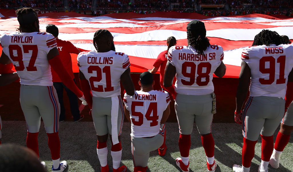 Olivier Vernon of the New York Giants kneels during the national anthem before their game against the San Francisco 49ers in November 2017. (Photo: Ezra Shaw/Getty Images)