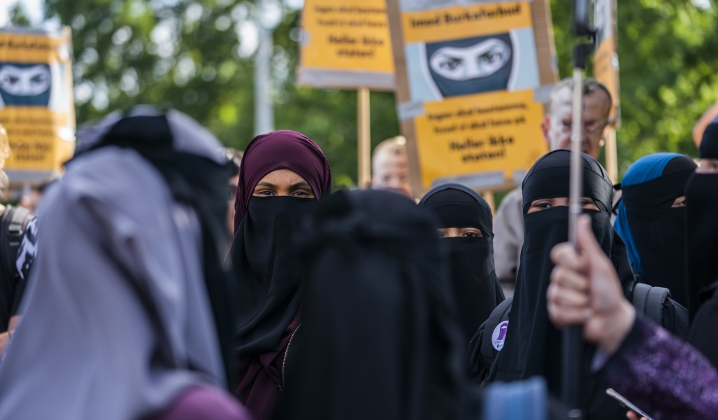 The group 'Kvinder i Dialog' hold a demonstration against the first fine given for wearing the face veil niqab in Copenhagen, Denmark on August 10, 2018. (Photo: MARTIN SYLVEST / AFP / Getty Images)