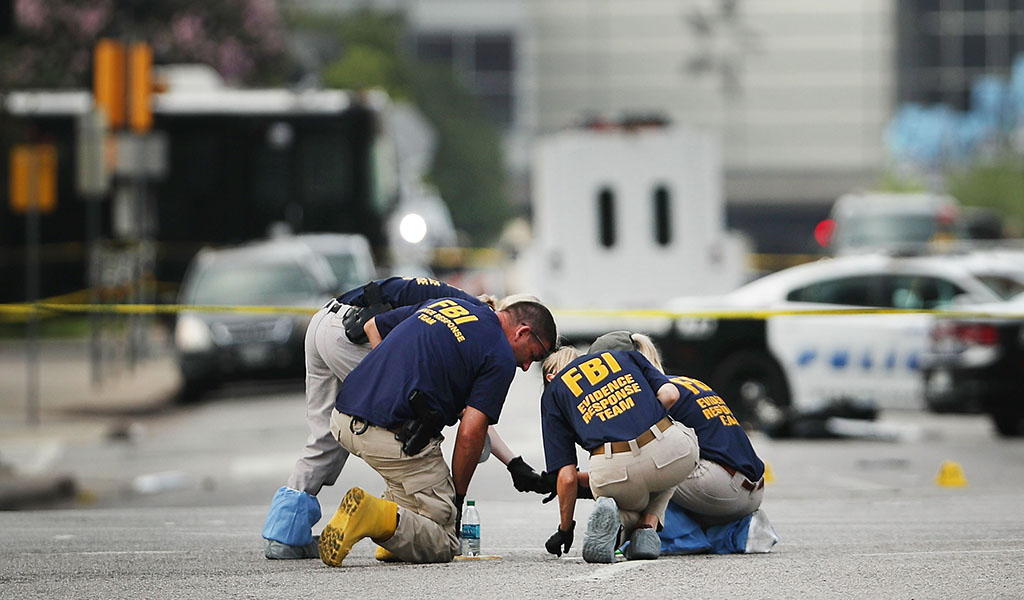 Illustrative image: Members of an FBI evidence response team search an active crime scene in downtown Dallas. (Photo: Spencer Platt/Getty Images)