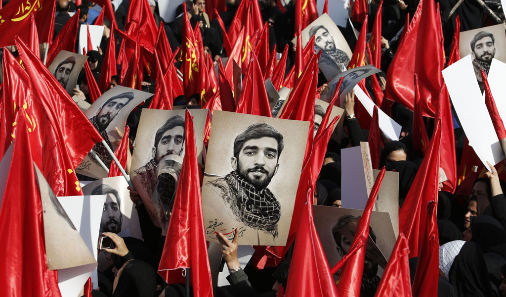 Mourners in Iran march with the portrait of an IRGC fighter beheaded by ISIS in Syria (Photo: ATTA KENARE/AFP/Getty Images)