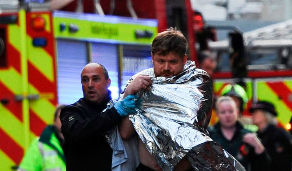 Giving help to a man wounded in the London Bridge attack November 29, 2019 (Photo: DANIEL SORABJI/AFP via Getty Images)
