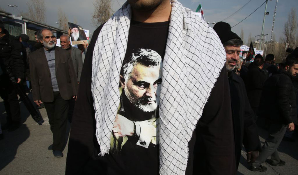 An Iranian wears a t-shirt with a picture of slain IRGC commander Qasem Soleimani (Photo: ATTA KENARE/AFP via Getty Images)