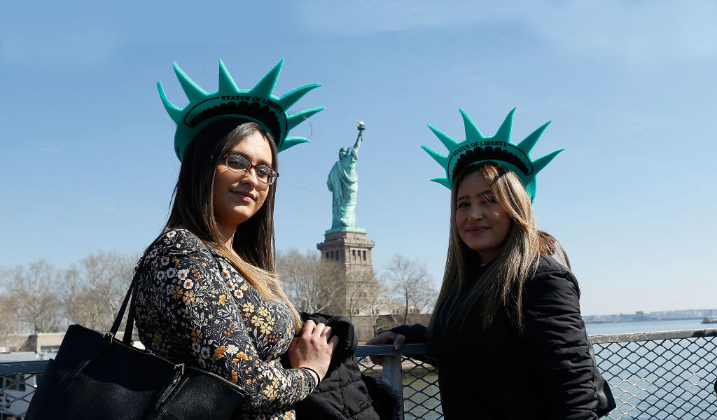 Women celebrate Women's Day in the USA at the Statue of Liberty (Photo: Lars Niki/Getty Images)